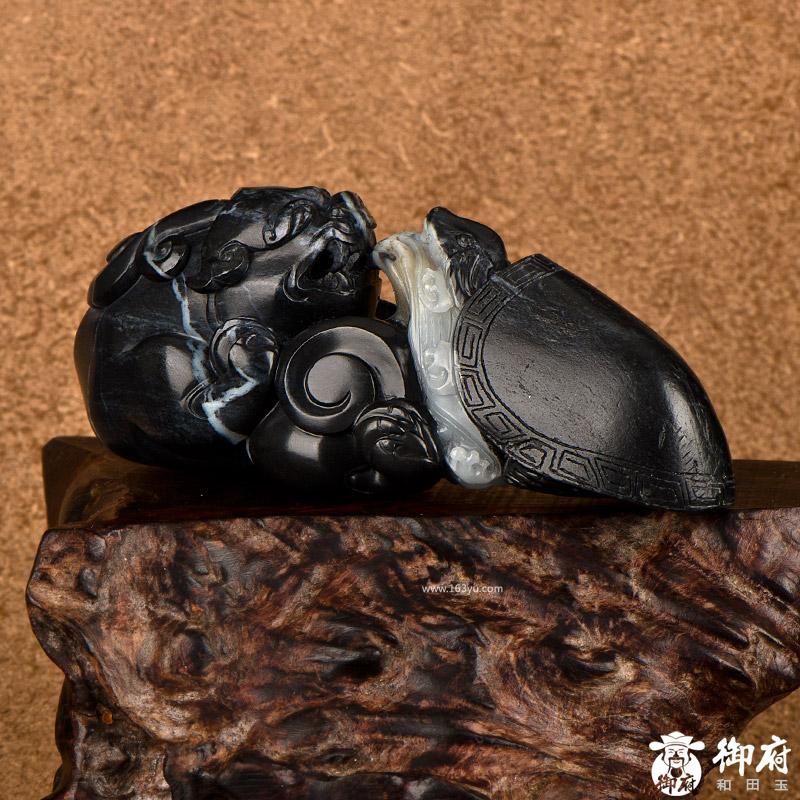新疆和田玉原毛孔皮墨玉青花玉籽玉摆件 双寿 426.8克