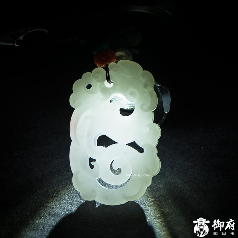 新疆和田玉黄皮羊脂白玉籽玉挂件 仿古龙 31克