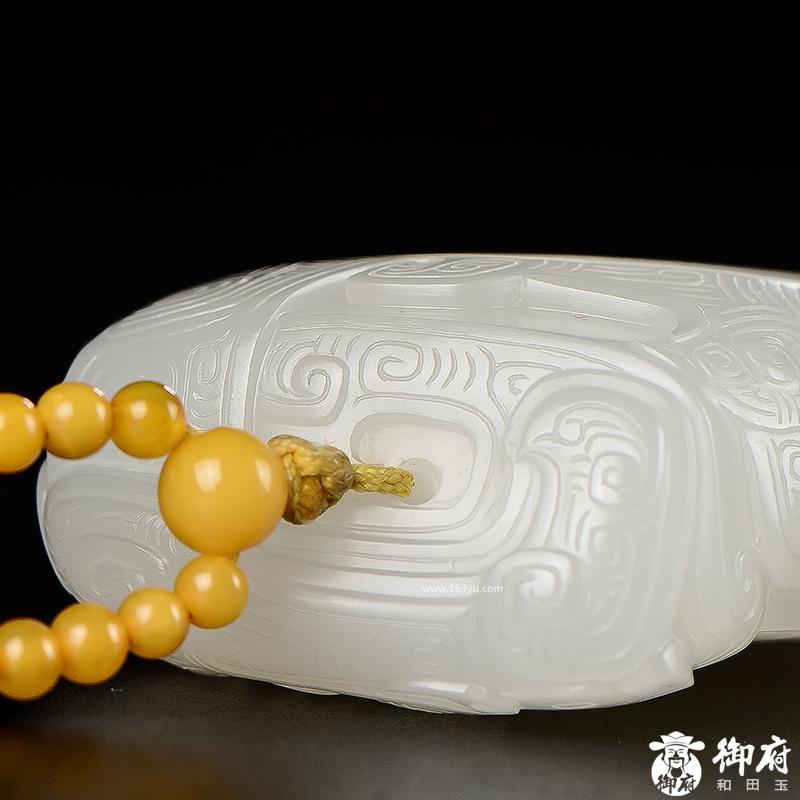 新疆和田玉原毛孔皮一级白白玉籽玉把件 仿古吉祥纹 50.8克