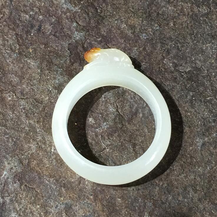 新疆和田玉枣红皮白玉籽玉戒指 呱呱来财 3.3克